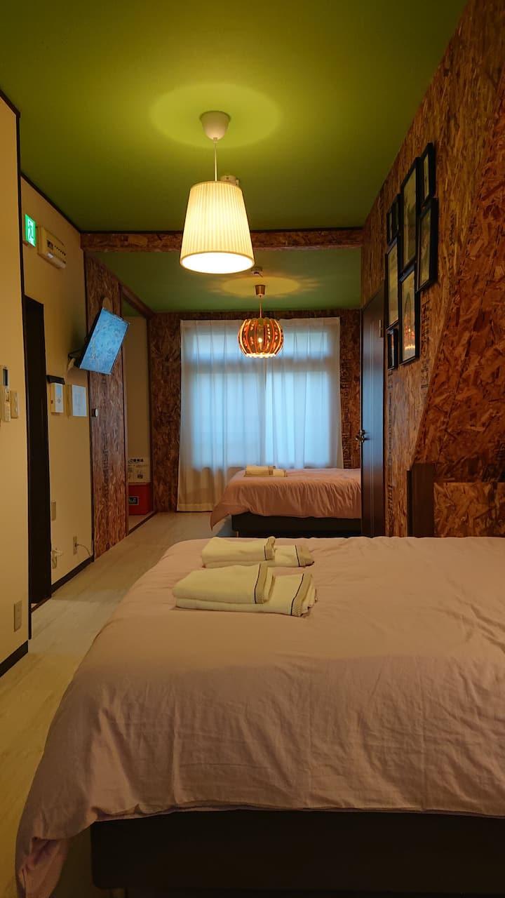西元町駅、花隈駅 徒歩5分!介護用シャワー完備。IKEAの家具、ダブルベッド!