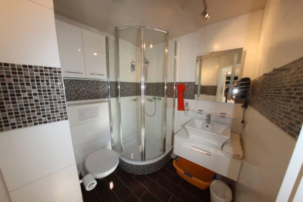 Badezimmer mit Duschbad, Fön/Haartrockner, etc....