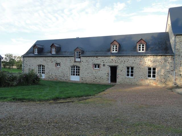Grande maison ancienne familiale  - Souvigné sur sarthe - Huis
