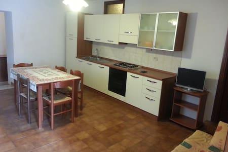 appartamento a Lustignano in centro paese - Lustignano - Wohnung