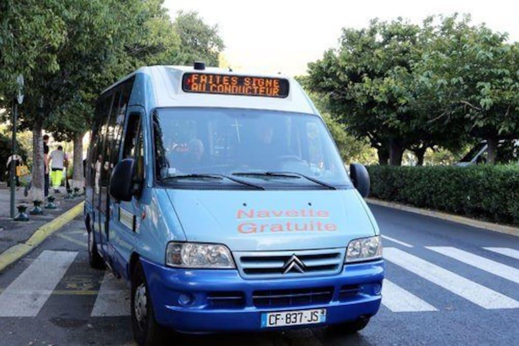 bus gratuit devant le studio pour se déplacer  dans Bastia et jusqu'à la gare, puis navette aéroport