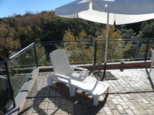 Terraza ideal para hacer barbacoas y relajarse al sol