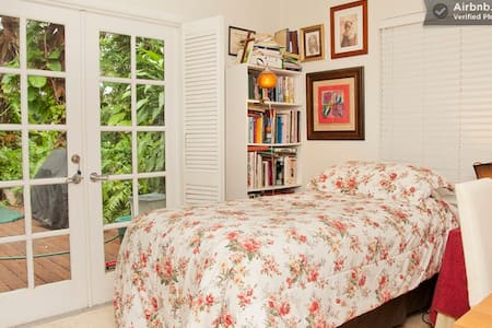 Single Comfy Bedroom with Desk - Fort Lauderdale