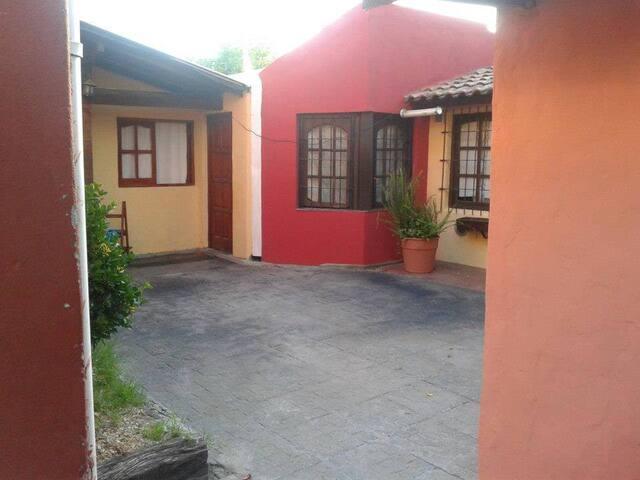 Tres casas, quincho y SUM, para 20 personas.