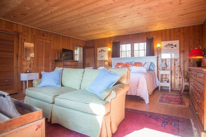 1 BR Midweek Stay Vermont Cottage  Lake Amherst