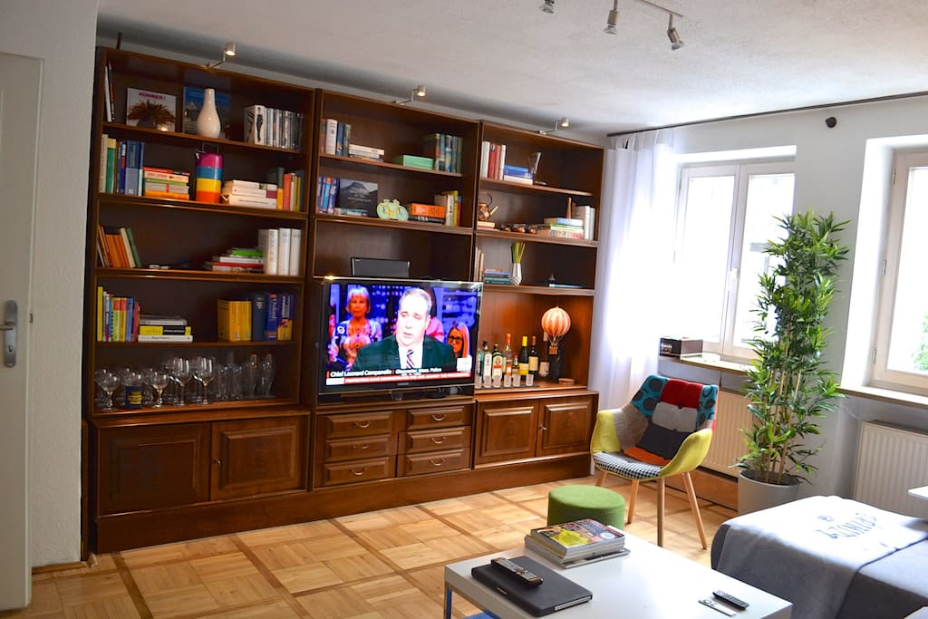 Living room with minibar and book shelve