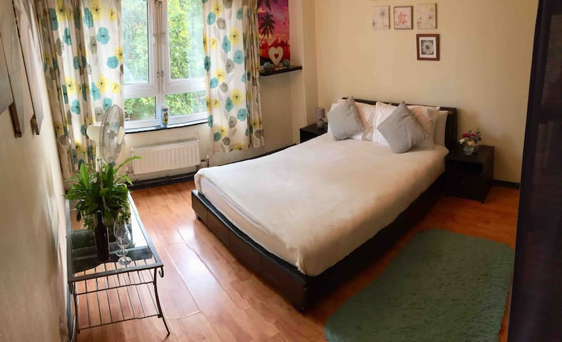 Large, quiet & comfortable room in Camden