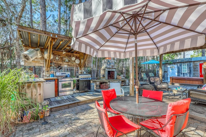 Lovely coastal home w/ private hot tub & outdoor kitchen - close to everything!