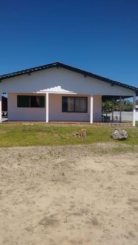 ÓTIMA CASA - FRENTE DO MAR - Itapoá - บ้าน