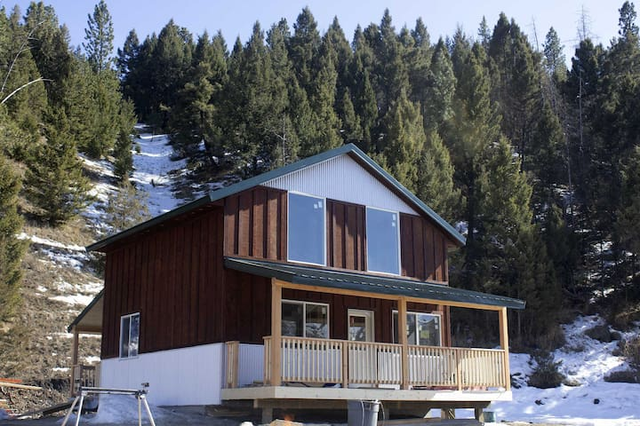 Cozy cabin with views right next to Rock Creek!