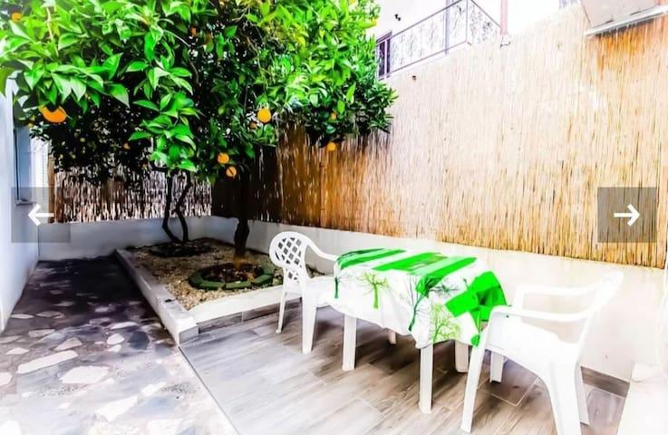 Privatni ogradjeni vrt s prirodnim hladom, savrseno mjesto za opustanje.
