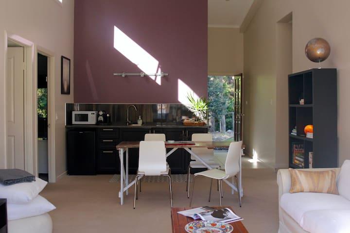 """Brookfield"" - Quiet & spacious guest suite"