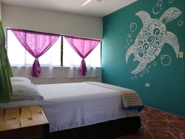 Habitaciones comodas con ventilador, aire acondicionado y closet.