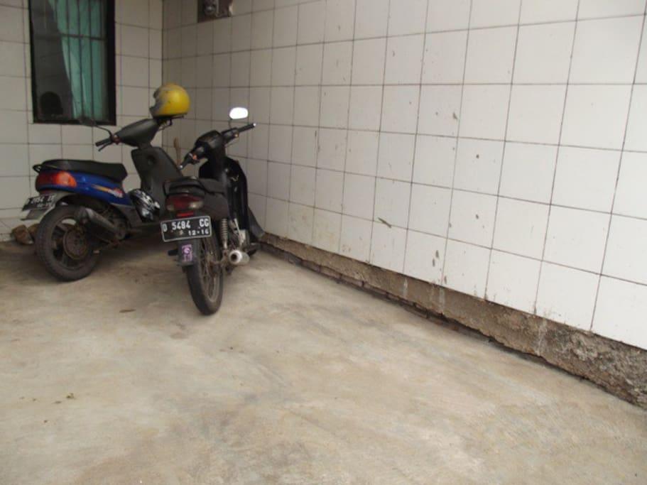 parkiran yg luas untuk 10 motor