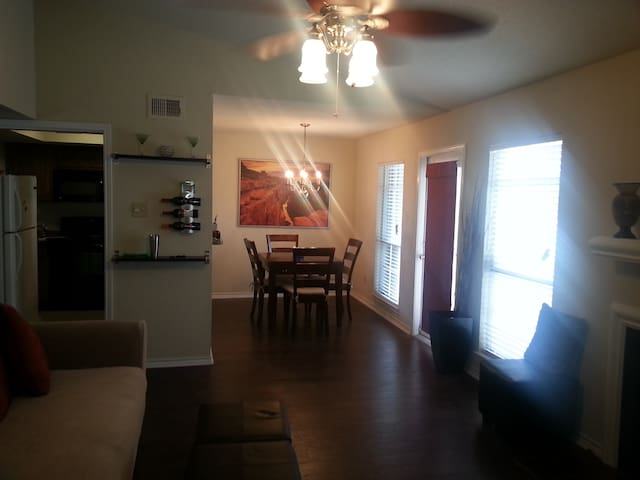 Stylish Condo -DFW Airport 3 miles - Irving - Appartement