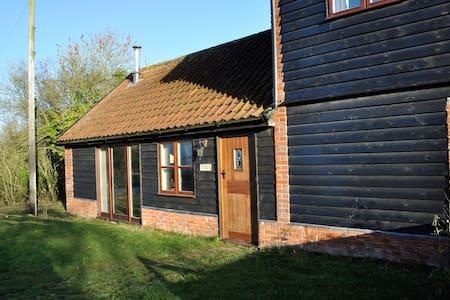 Cottage on a working farm sleeps 4 - Sweffling