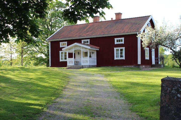 Gårdshus beläget i vacker småländsk natur