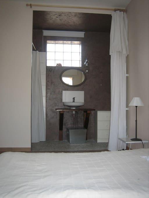 Partie salle d'eau avec douche  à l'italienne