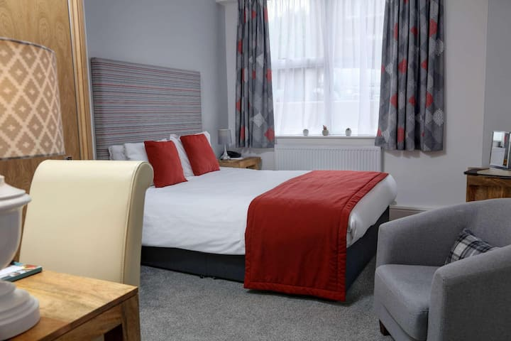 Essential and Business Travel Only: Awesome Double With Double Bed At Brighton
