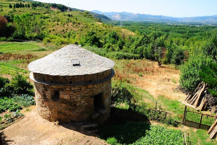 Vistas desde la ventana de la habitación. Valle del Bierzo y al fondo los Ancares y Sierra del Caurel.
