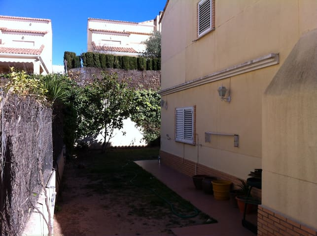 Detached house; 3 rooms; garden; swimmingpool. - Paterna - Dom