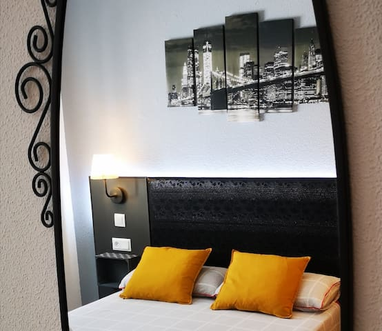 Quiet room and place 20 minutes from Catalunya Sq