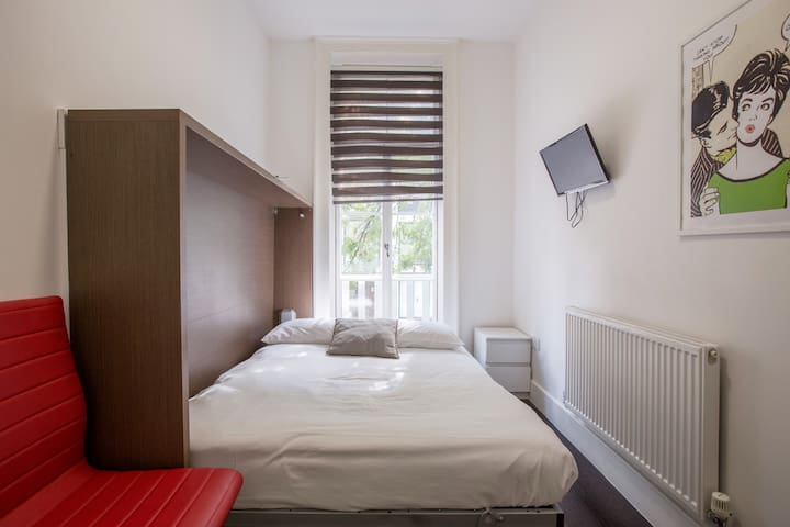 Lovely double bedroom in 68 Charlotte Street by Allô Housing