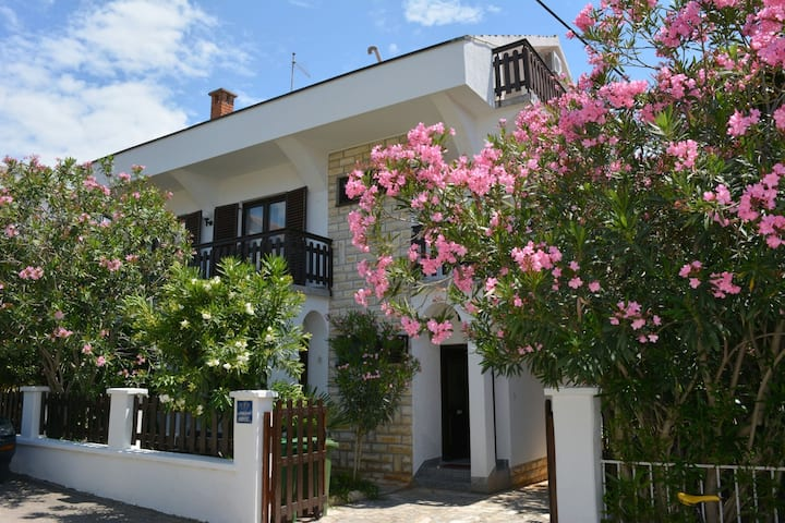 Apt for 4+1 persons with WLAN in Vodice R7957