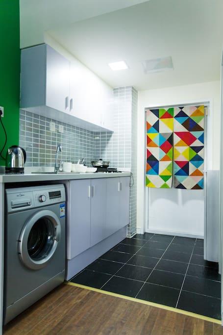 房间配置齐全包含滚筒洗衣机可方便您的衣物清洁。出门在外最怕吃不惯当地食物,全套厨房设施设备方便您烹饪符合您口味的食物