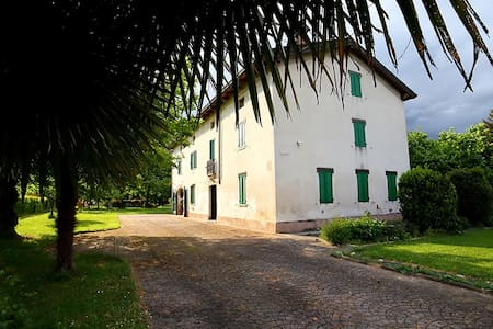 Lovely ancient country house b&b - Trecasali - Huis