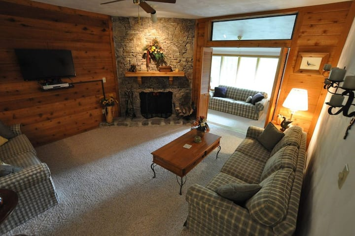 SUPER CHARMING SWISS MOUNTAIN CONDO at 7 SPRINGS  - FREE 24/7 SHUTTLE