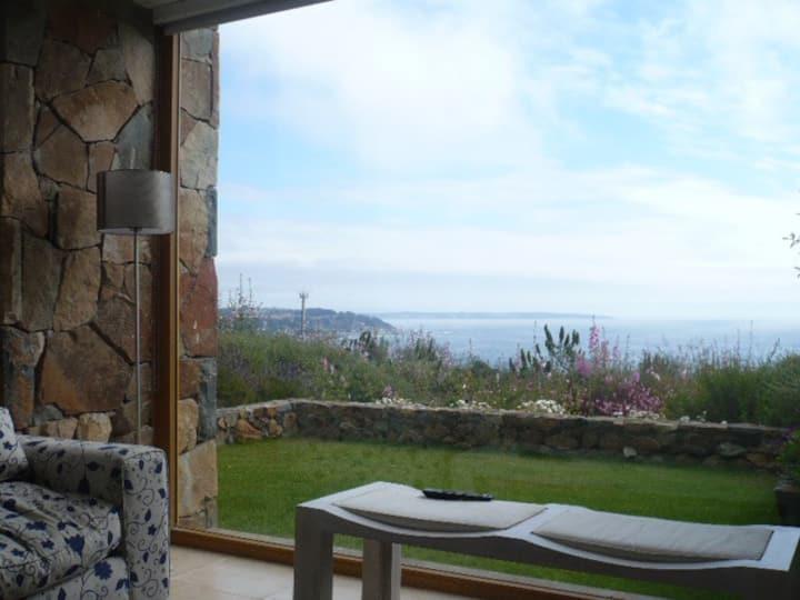 Precioso departamento con jardín y vista al mar.