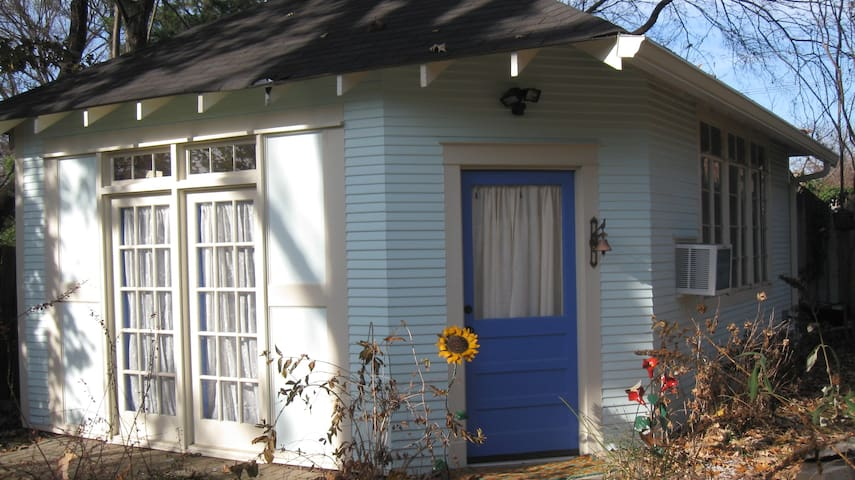 Midtown garden cottage