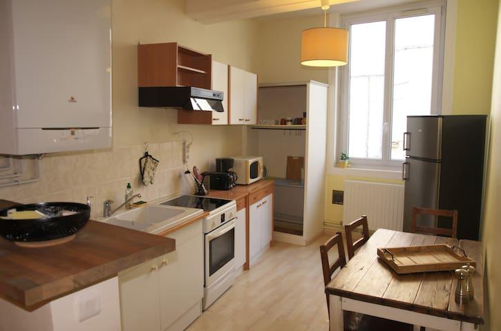 Cuisine équipée et aménagée (Cuisinière à induction, réfrigérateur avec congélateur séparé, four micro-ondes, cafetière, bouilloire, etc.)