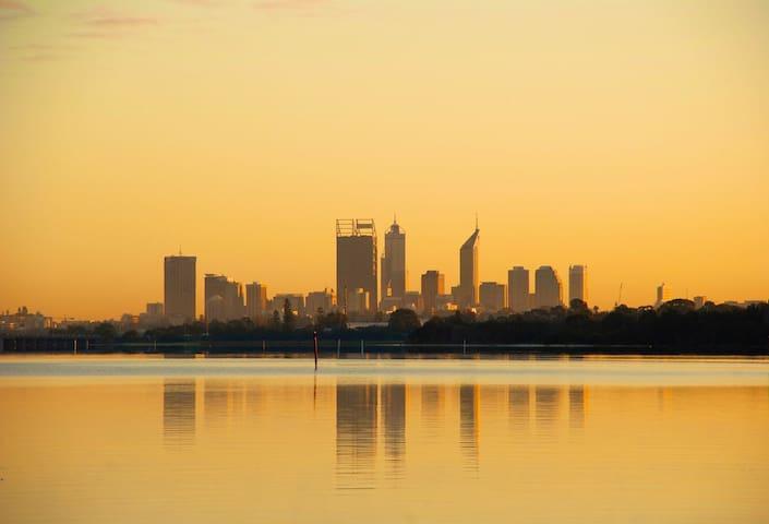 PERTH BEAUTIFUL RIVERFRONT PROPERTY - Perth - Dom