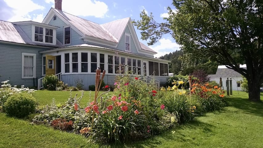 Craftsbury Village Farmhouse - Craftsbury - บ้าน