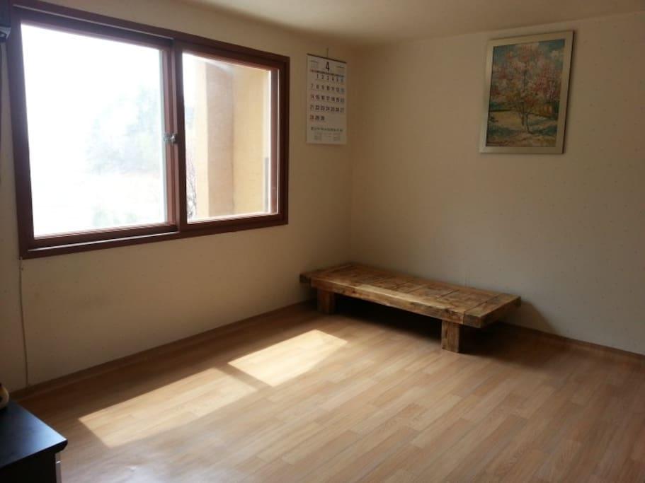 겨울철에 구들장으로 난방하는 따뜻한 방입니다.