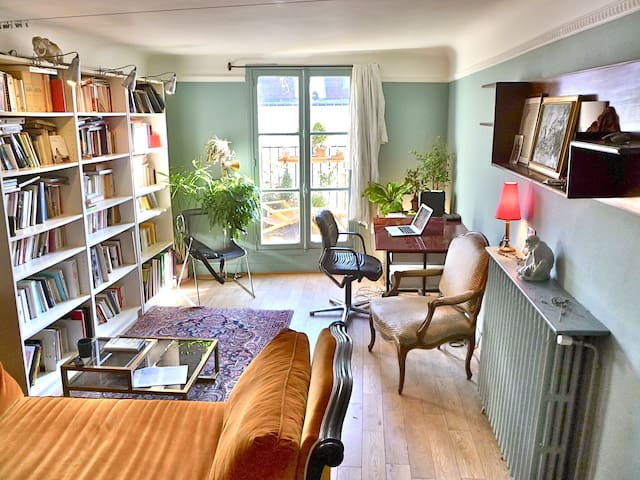The living-room offers a study, a day bed, two macs on guest session. Also, the internet is optical fibre. A wide selection of books, both English and French, also awaits you.