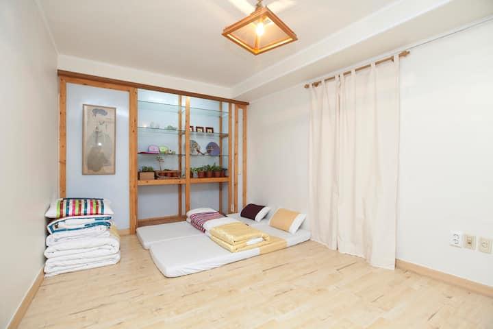 Gyeongbokgung Guesthouse Room 101(Samcheongdong)