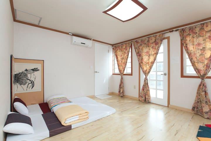 Gyeongbokgung Guesthouse Room 202