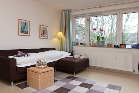 We rent out our spacious livingroom, shared bathroom, fully equipped kitchen, little balcony. Wifi, TV, DVD. Washing machine upon request. The apartment is a 3 min walk to public transport. 30 min to the fairground, 10 min to famous Altstadt.