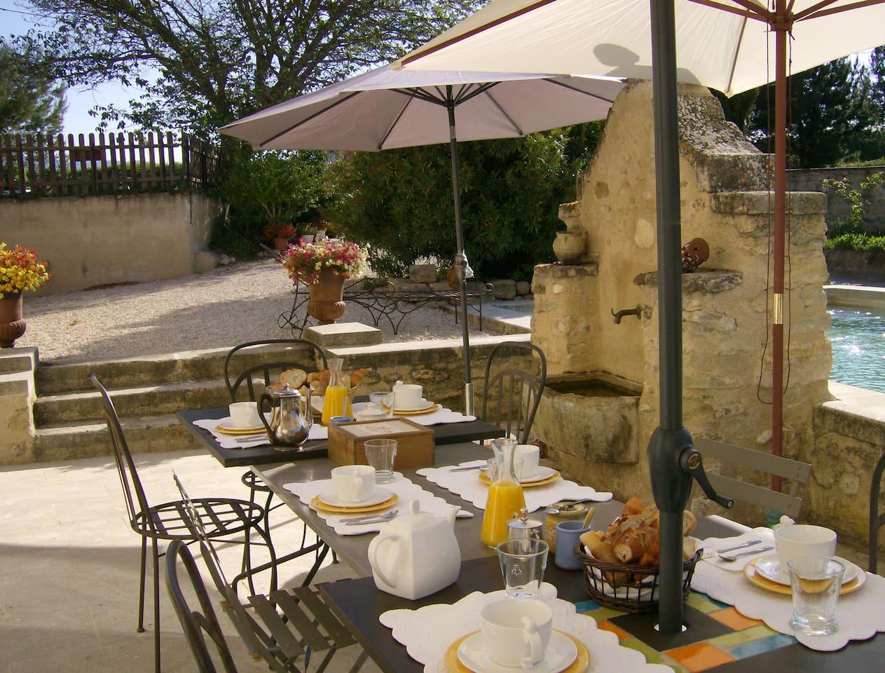 Petits déjeuners devant la piscine