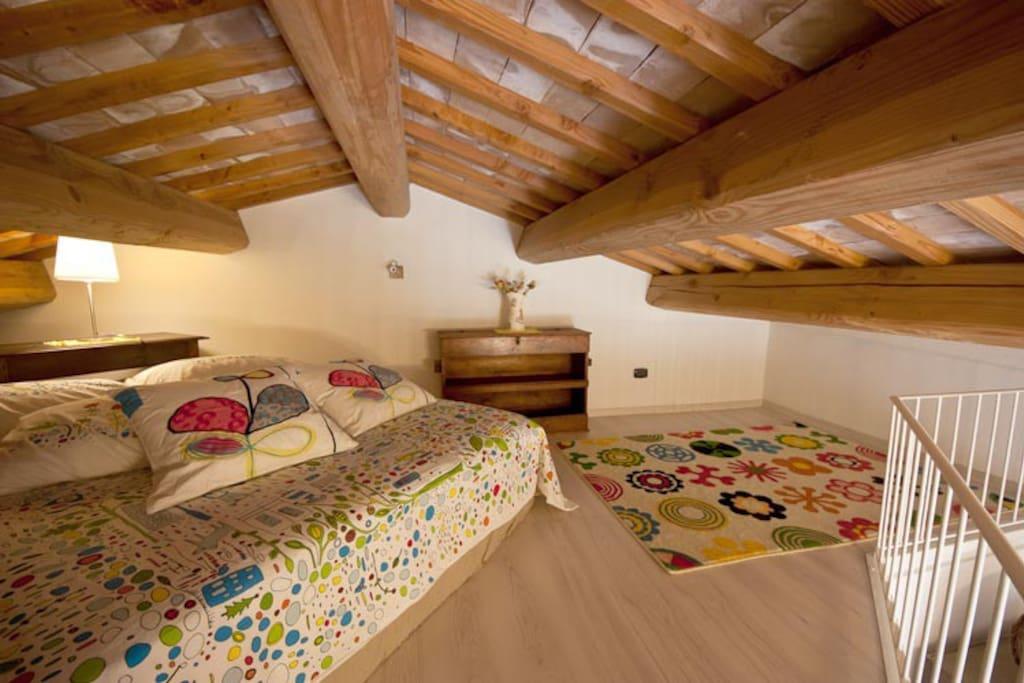 La mansarda che ospita un comodo letto