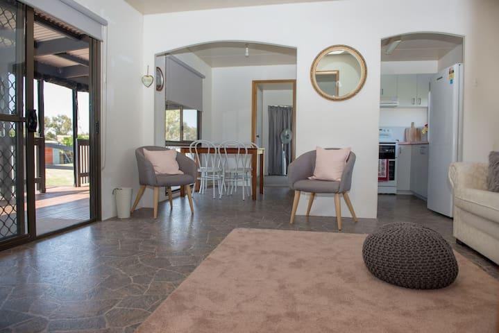 Peaceful 2 bedroom Bungalow Drysdale neat & clean