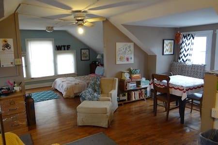 Sunny studio! Walk to KU/Downtown! - Lawrence - Lejlighed