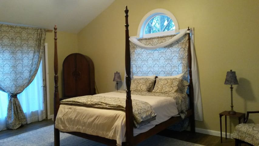 Airy and Spacious Cathedral Efficiency Suite - North Stonington - House