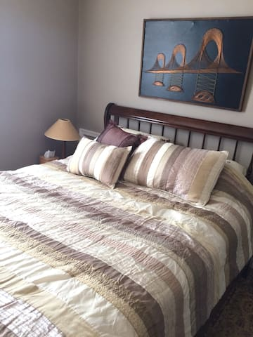 Comfortable Queen Room and Bath - Mount Airy