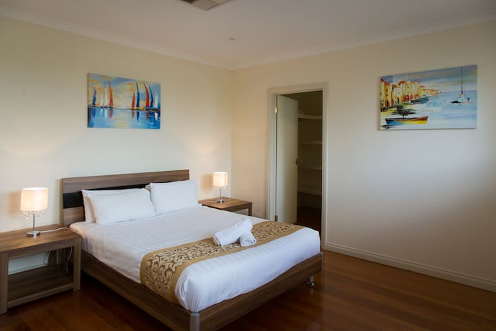 MELROSE PLACE  -  MELBOURNE 20min to CBD, sleeps 8 - Tullamarine - Townhouse