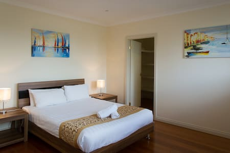 MELROSE PLACE  -  MELBOURNE 20min to CBD, sleeps 8 - Tullamarine - タウンハウス