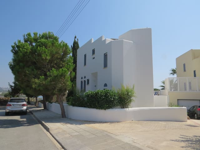 4 bedroom villa. Seafront and view, pool, beach - Kissonerga